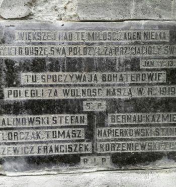 Przedwojenna tablica poświęcona powstańcom wielkopolskim odnaleziona na cmentarzu w Jarocinie